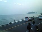 駅前の道路。そして海。