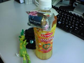 リプトンの紅茶とクロックス携帯ケース、ジビッツ!